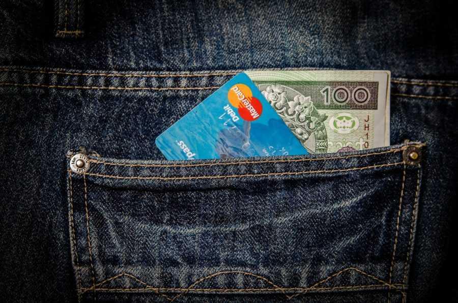 wziąć kredyt